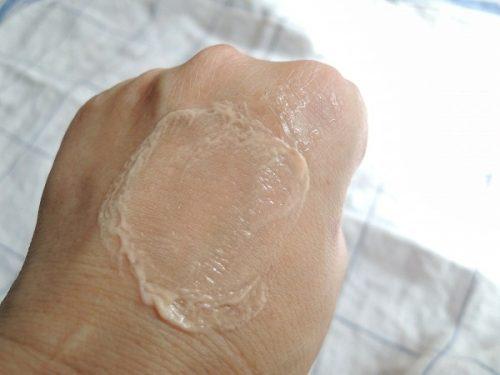 手の甲のファンデーション汚れと化粧落しジェルで乳化させた様子
